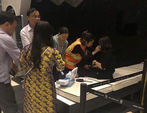 Một hành khách được nhân viên chăm sóc tại hiện trường. Ảnh: Lê Văn.