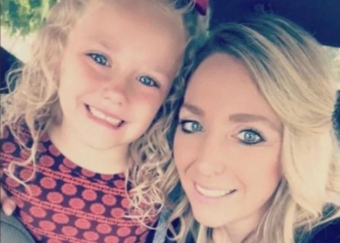 Traci Redford và con gái 5 tuổi Abcde. Ảnh: Facebook.