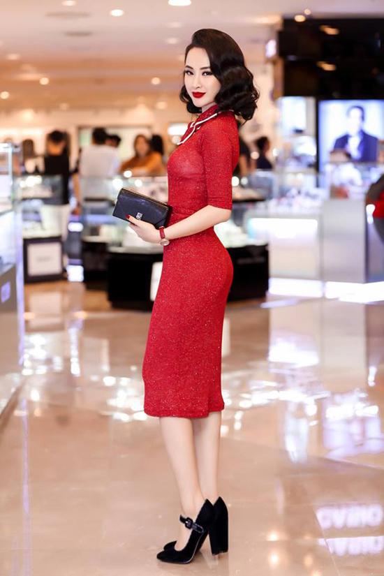 Các thiết kế váy đỏ gợi cảm được Angela Phương chọn lựa để xây dựng hình ảnh sang trọng và mang hơi hướng cổ điển.