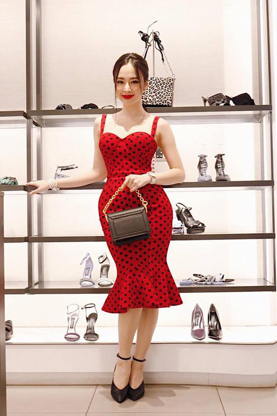 Trong không khí Giáng sinh đang cần kề, Angela Phương Trinh không ngừng chia sẻ những bí quyết mix-match trang phục, phụ kiện với tông màu hot trend.