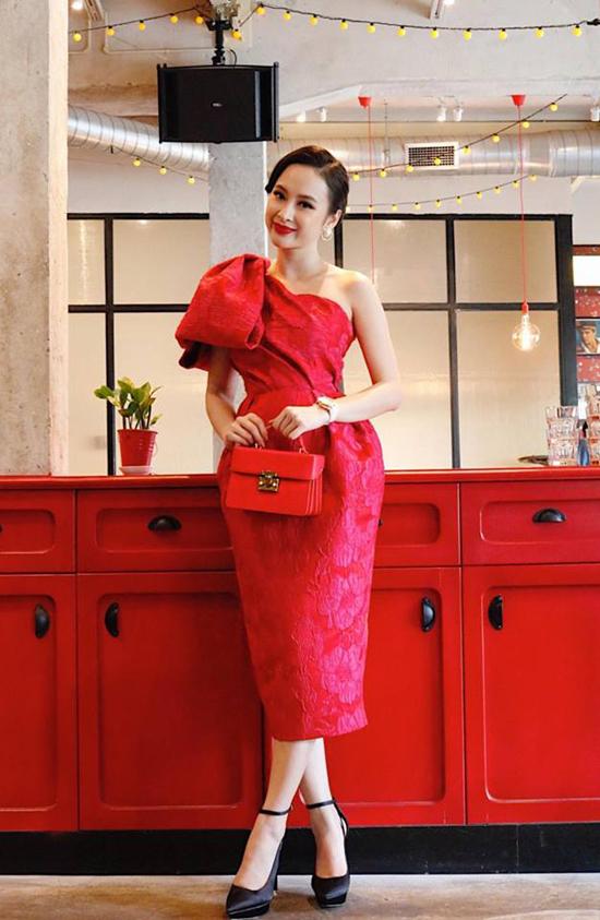 Túi xách tay đồng điệu với xu hướng thời trang 2018 cũng được nữ hoàng thảm đỏ chọn lựa khéo léo để hoàn thiện set đồ.