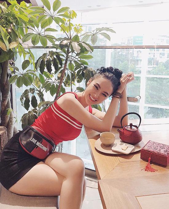 Sắc đỏ trong phong cách street style được Angela Phương Trinh thể hiện theo khuynh hướng khoẻ khoắn và gợi cảm.