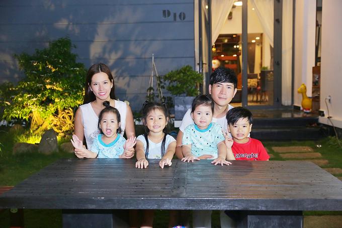 Gia đình đông con của vợ chồng ca sĩ Quách Thành Danh.