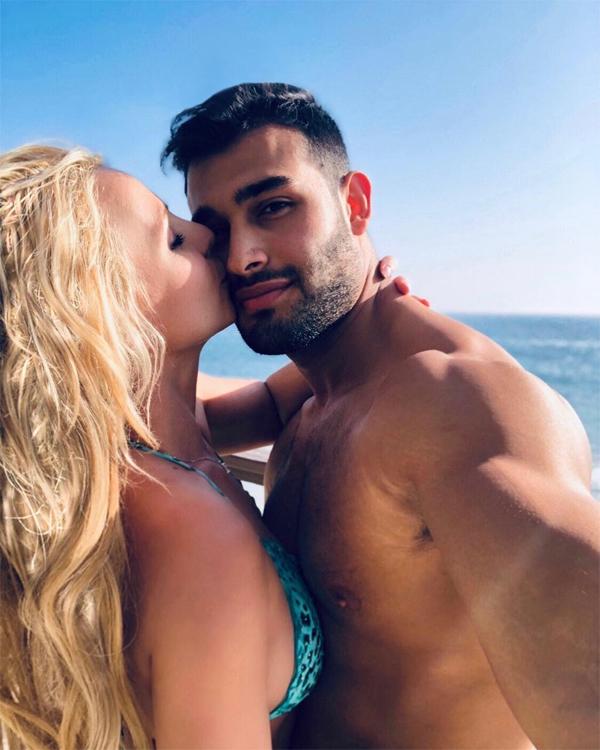 Britney và bạn trai âu yếm bên biển.