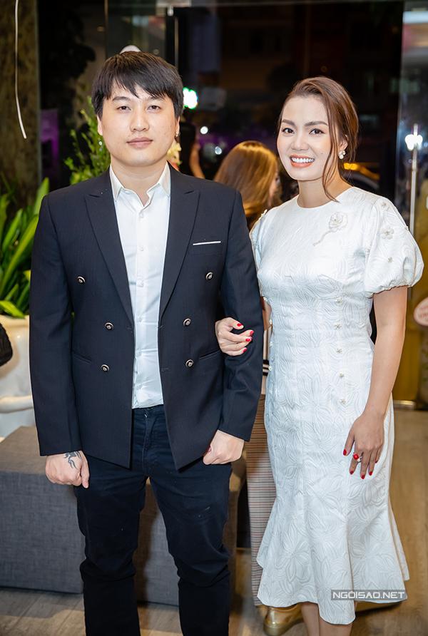 Đến dự event tối qua còn có ca sĩ Ngọc Anh và bạn trai tin đồn Tô Minh Đức. Cả hai chưa một lần xác nhận mối quan hệ dù thường xuyên sóng đôi trong các hoạt động.