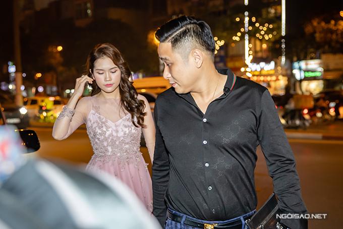 Nam diễn viên rất quan tâm, gă lăng với vợ khi mở cửa xe và cầm tay cô tiến vào địa điểm diễn ra sự kiện.