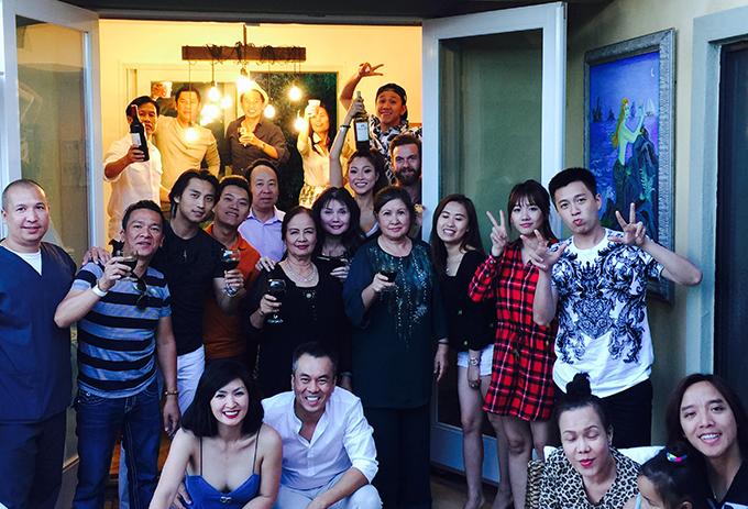 Ngôi nhà 900m2 của vợ chồng Nguyễn Hồng Nhung là nơi thường xuyên được các nghệ sĩ hải ngoại và trong nước ghé thăm và tụ tập ăn uống.