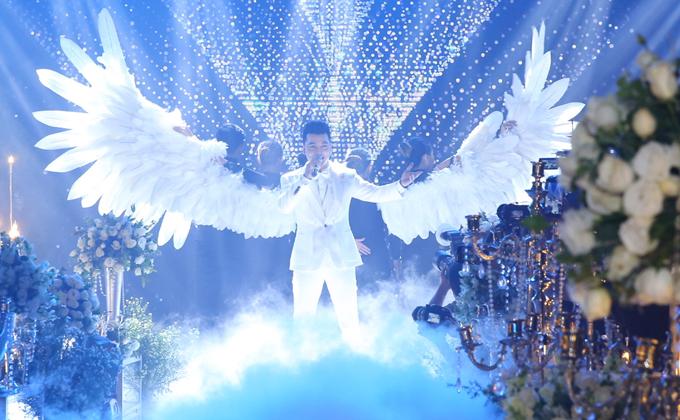 Ưng Hoàng Phúc diện lễ phục cưới màu trắng, biểu diễn ca khúc Giấc mơ một cuộc tình trong ngày trọng đại tổ chức ở TP HCM.