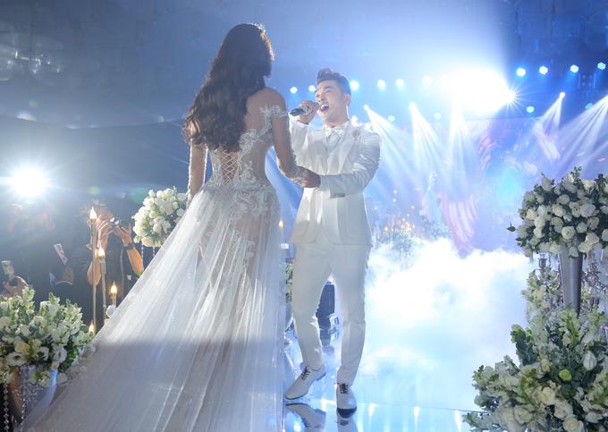 Cô dâu Kim Cương xuất hiện lộng lẫy với váy xuyên thấu, được ông xã dìu lên sân khấu.