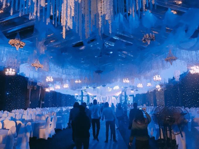 Điểm nhấn ấn tượng trong tiệc cưới ngoài khâu trang trí phải kể đến hệ thống ánh sáng với chi phí lên đến 200 triệu đồng. Dàn đèn pha lê và những chùm đèn kết hoa tươi được thả từ trên trần xuống sẽ thay đổi màu sắc liên tục để tạo cảm giác lung linh, huyền ảo.