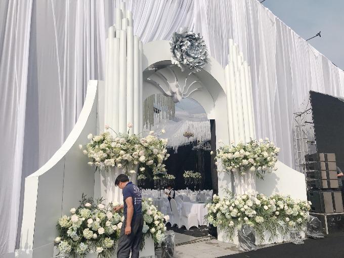 Đại diện đơn vị thực hiện cho biết, họ đã sử dụng 6.000 bông hoa cẩm tú cầu xanh, 5.000 bông hồng David Austin, khoảng 200 bó lan tường trắng và 2.000 bông hoa hồng trắng nhập khẩu để làm đẹp cho không gian tiệc cưới.