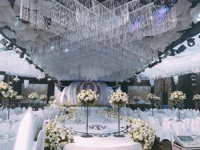 Đen làm nền cho trắng Màu trắng thể hiện sự chung thuỷ và tinh khôi và là một màu sang trọng nhất trong ngành cưới nói chung em ạ