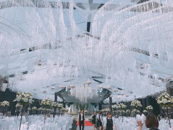 Ý tưởng trang trí tiệc cưới này được ekip thực hiện đưa ra rất nhanh sau khi lắng nghe mong muốn của cô dâu chú rể về một hôn lễ bay bổng, lãng mạn.