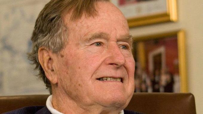 Cựu Tổng thống George W.H. Bush năm 1992. Ảnh: Reuters.