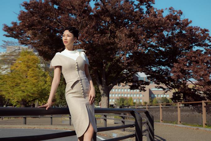 Paris Vũ chọn các thiết kế thanh lịch, chỉn chu phù hợp phong cảnh, thời tiết và văn hóa Nhật Bản. Váy dài tới gối, ôm khít cơ thể giúp tôn đường cong của bà mẹ ba con.