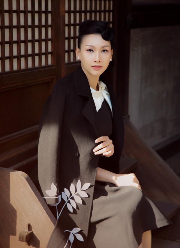 Mùa thu đông ở Nhật nhiệt độ xuống thấp vào sáng sớm và chiều tối, người đẹp Việt không quên mang theo áo khoác giữ ấm.