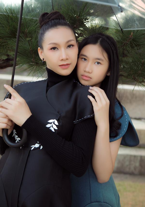 Bộ ảnh do stylist Tân Đà Lạt, chuyên gia trang điểm Dũng Phan và nhà thiết kế Nguyễn Diệp Yến hỗ trợ thực hiện.