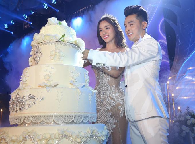 Cô dâu - chú rể chung tay cắt bánh cưới.