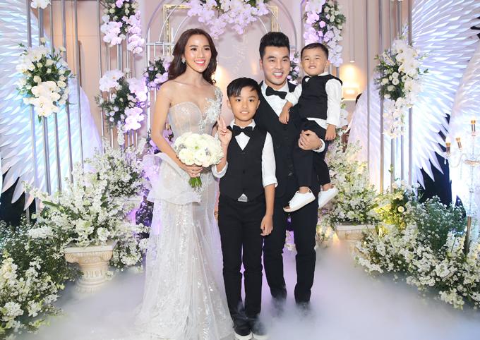 Hai cậu con trai mặc bảnh bao dự hôn lễ của bố mẹ.