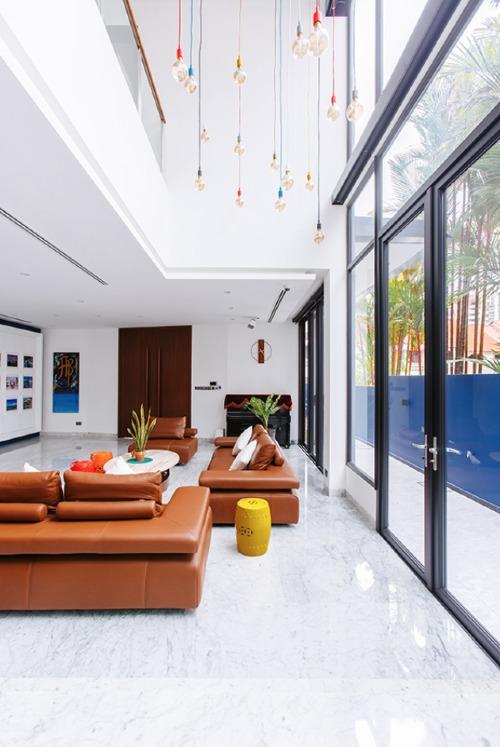 Cửa kính lớn cho phép ánh sáng mặt trời chiếu vào khắp các căn phòng, từ bếp đến nhà tắm.