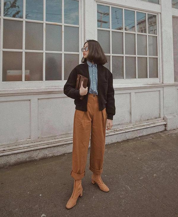 Đối với những cô nàng yêu phong cách vintage thì quần áo màu nâu dung dị là thứ không thể thiếu. Quần kaki mang tạo nên chút tinh nghịch khi được phối cùng áo khoác dáng lửng, sơ mi kẻ và bốt hợp mùa.