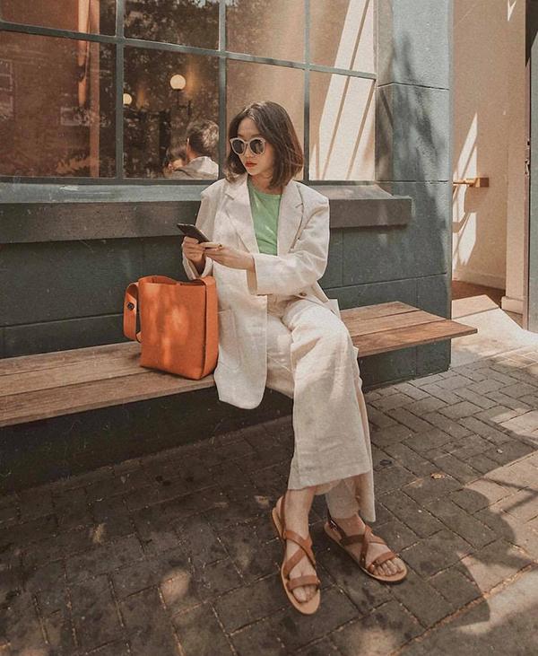 Túi da nâu là sản phẩm được nhiều cô nàng mê dòng thời trang hoài cổ yêu thích. Phụ kiện này thường được chọn làm điểm nhấn cho những set đồ màutrắng, đen và màutrung tính.