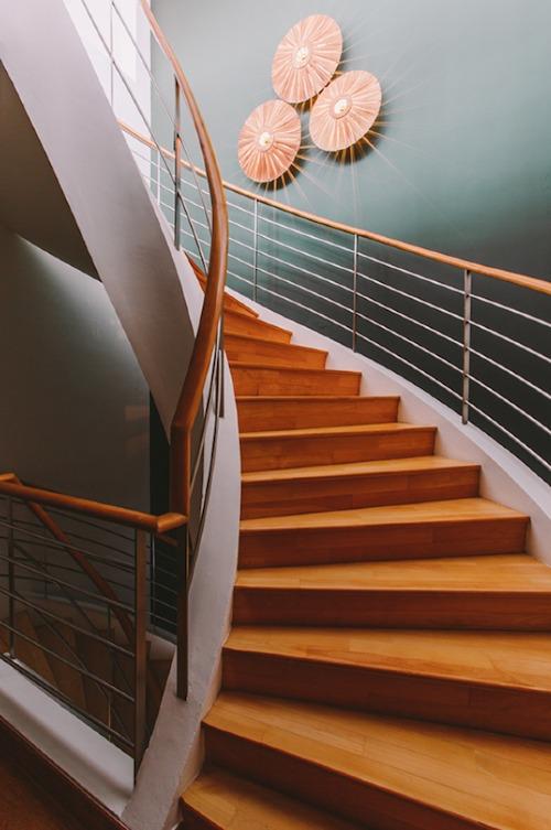 Cầu thang có màu trầm và tối hơn một chút nhằm tạo chiều sâu, ấn tượng cho ngôi nhà.