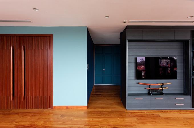 Một bức tường được thiết kế dưới dạng cánh cửa chuyển đổi. Chủ nhà chỉ cần mở cánh cửa gỗ lớn ra để có thêm một phòng khách nữa...
