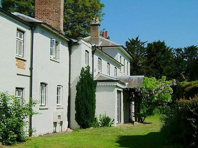 Dinh thự Frogmore Cotttage nơi vợ chồng Harry - Meghan sắp chuyển tới ở. Ảnh: Express.