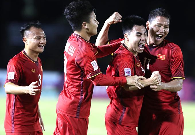 Cầu thủ Việt Nam ăn mừng bàn mở tỷ số của Anh Đức. Ảnh: Đức Đồng.