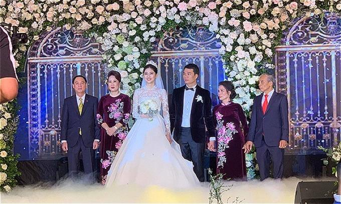 Á hậu Thanh Tú liên tục cười rạng rỡ trong hôn lễ.