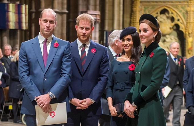 Meghan hiện ở trung tâm của sự chỉ trích sau tin đồn hai cặp vợ chồng hoàng gia lục đục được lan rộng từ cuối tháng 11. Trong ảnh, William, Harry, Meghan và Kate dự sự kiện tưởng niệm 100 năm kết thúc Thế chiến I tối 11/11 tại Tu viện Westminster. Ảnh: UK Press.