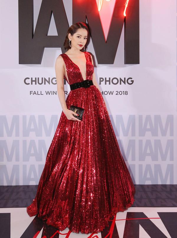 Tới xem show diễn của NTK Chung Thanh Phong, Chi Pu nổi bật trong bộ đầm đỏ xòe rộng, xẻ ngực sâu sexy.