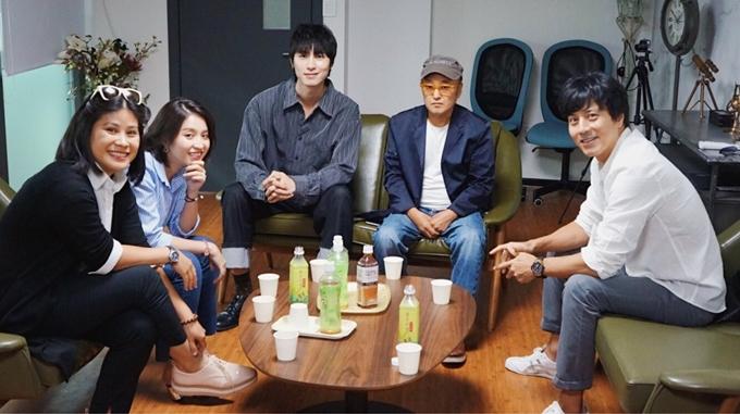 Nhà sản xuất Hạnh Nhân (ngoài cùng bên trái) trong một cuộc họp với Han Jae Suk và ekip Hàn Quốc.