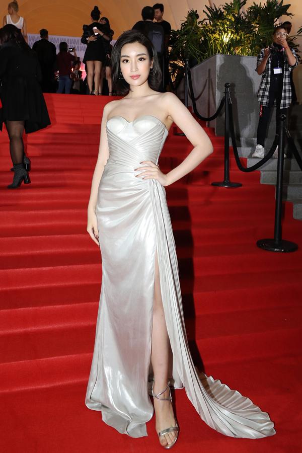 Cũng dự sự kiện này, Hoa hậu Đỗ Mỹ Linh diện thiết kế cúp ngực khoe vai trần và chân thon.
