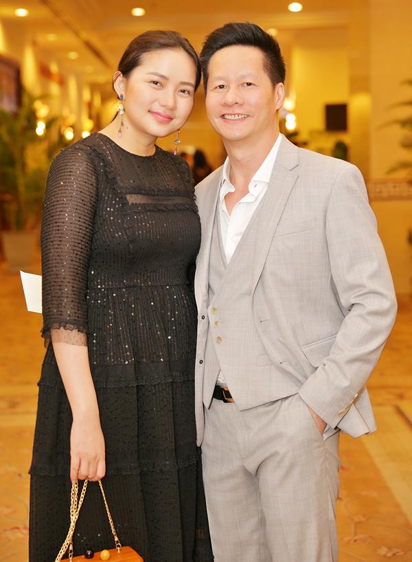 Đại gia Đức An tháp tùng Phan Như Thảo đi ăn cưới. Sau khi lấy chồng, Phan Như Thảo gần như rút khỏi làng giải trí để tập trung cho vai trò làm vợ, làm mẹ. So với thời còn làm người mẫu, cô đã béo lên nhiều.