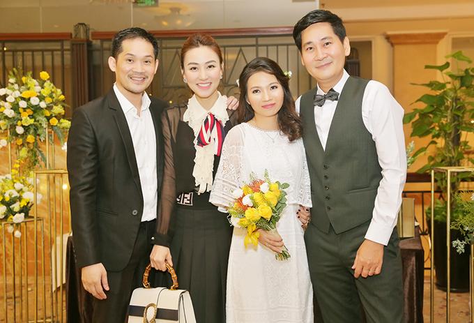 Vợ chồng diễn viên Ngân Khánh mặc ton-sur-ton đen trắng thanh lịch, sang trọng.