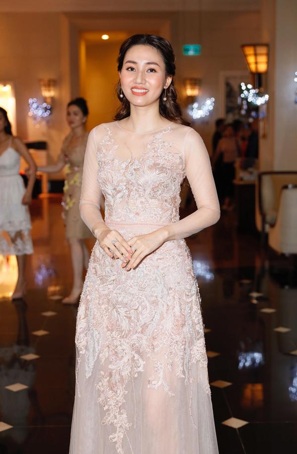 Á hậu Trà My khéo chọn đầm thêu cầu kỳ nhưng đủ nền nã để xuất hiện tại tiệc cưới của em gái - Á hậu Thanh Tú.