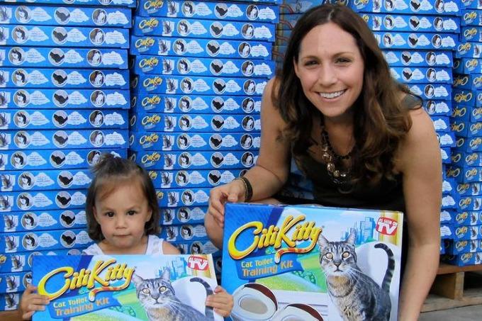 Rebecca Rescate và bộ sản phẩm huấn luyện dùng bồn cầu cho mèo. Ảnh:CityKitty.