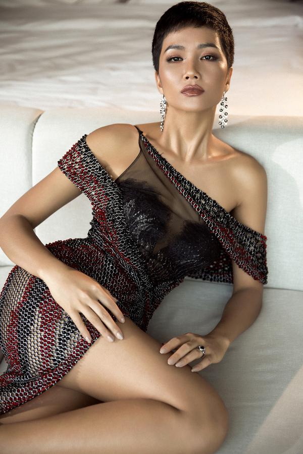 Hoa hậu HHen Niê gây ấn tượng bởi phong cách sexy pha lẫn cá tính ở phần chụp ảnh dạ hội của cuộc thi Miss Universe.