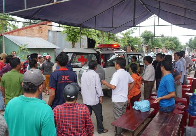 Hàng xóm đứng trước nhà nữ phó chủ tịch HĐND phường khi thi thể được đưa về gia đình. Ảnh: Nhật Hạ.