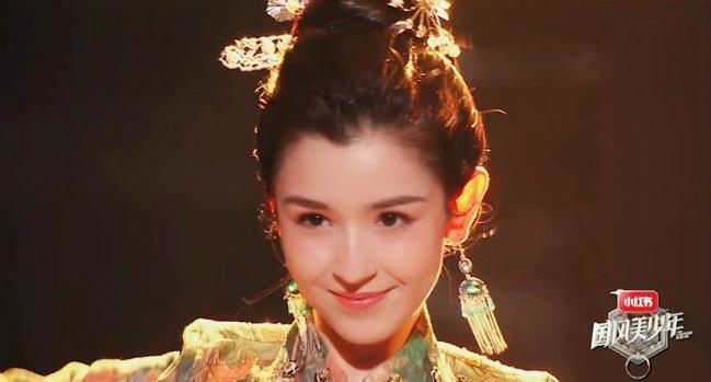Cáp Ni Khắc Tư có gương mặt xinh đẹp, đôi mắt trong veo, nụ cười duyên dáng, thêm vào đó là vóc dáng gợi cảm.