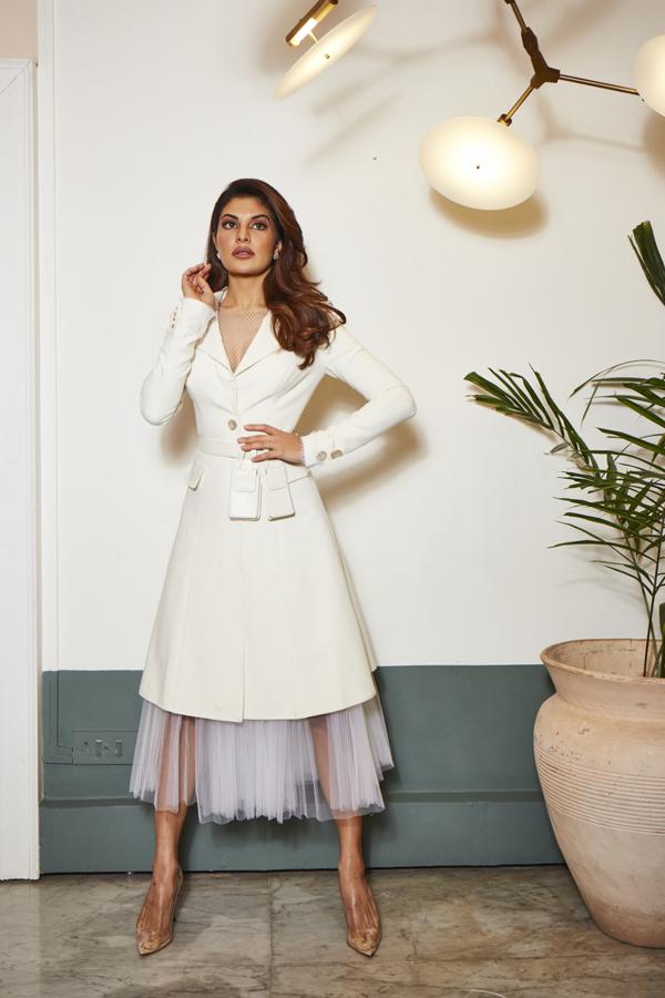 Trên trang cá nhân của nữ diễn viên Jacqueline Fernandez gây chú ý khi chia sẻ hình ảnh mặc 1 bộ váy trắng quyến rũ và có hastag NTK Công Trí.