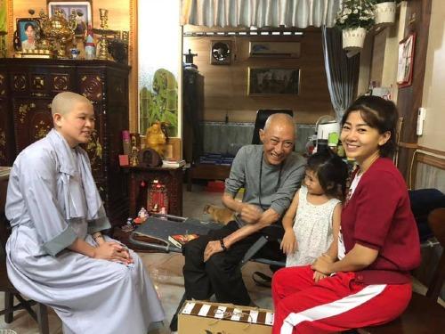 Mai Phương cùng con gái và sư cô đến thăm nghệ sĩ Lê Bình.