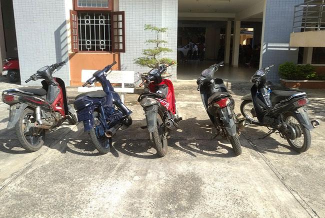 Năm chiếc xe máy do Nghĩa cầm đầu đi ăn trộm. Ảnh: Sơn Thủy.