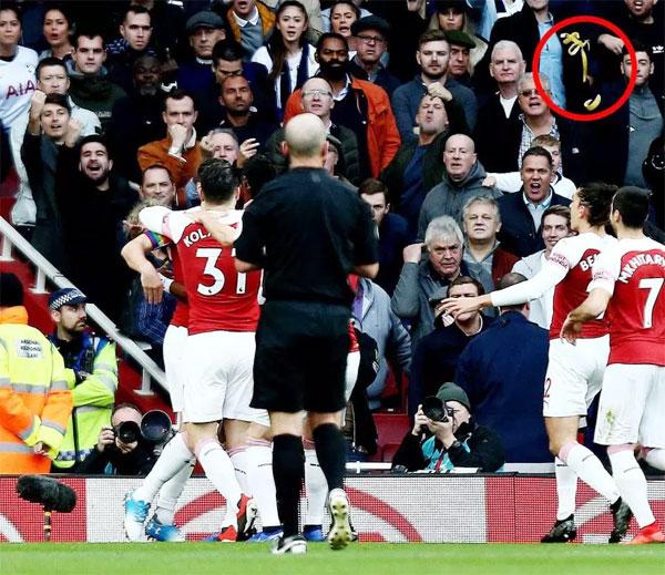 Vỏ chuối bay từ khán đài xuống sân khi các cầu thủ Arsenal đang mừng bàn thắng mở tỷ số trong trận đấu với Spurs