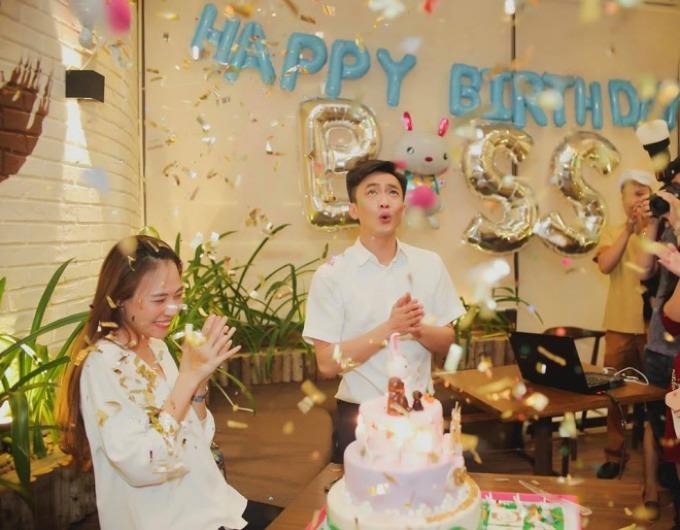 Đàm Thu Trang đăng tảibức ảnh chụp trong tiệcsinh nhật có sự xuất hiện của bạn trai Cường Đô la: Sinh nhật của mình mà cứ ngỡ như sinh nhật bạn đứng bên cạnh.