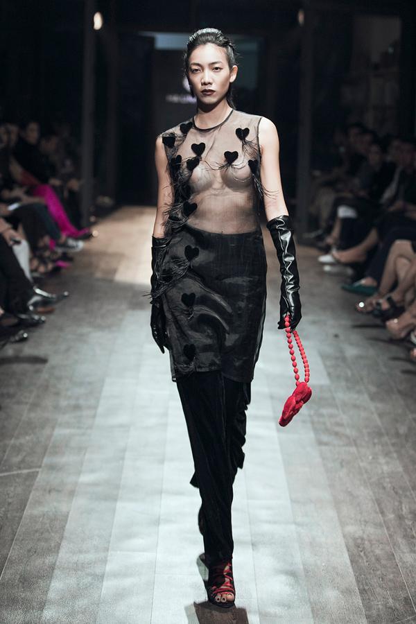 Nữ thiết kế 42 tuổi thể hiện sự táo bạo khi để người mẫu phô bày vòng một qua lớp áo trong suốt, chỉ che đầu ngực bằng miếng dán silicon. Tác giả chia sẻ, chị muốn thể hiện chủ nghĩa giải phóng cơ thể, tôn vinh nét đẹp của phụ nữ ở mọi lứa tuổi.