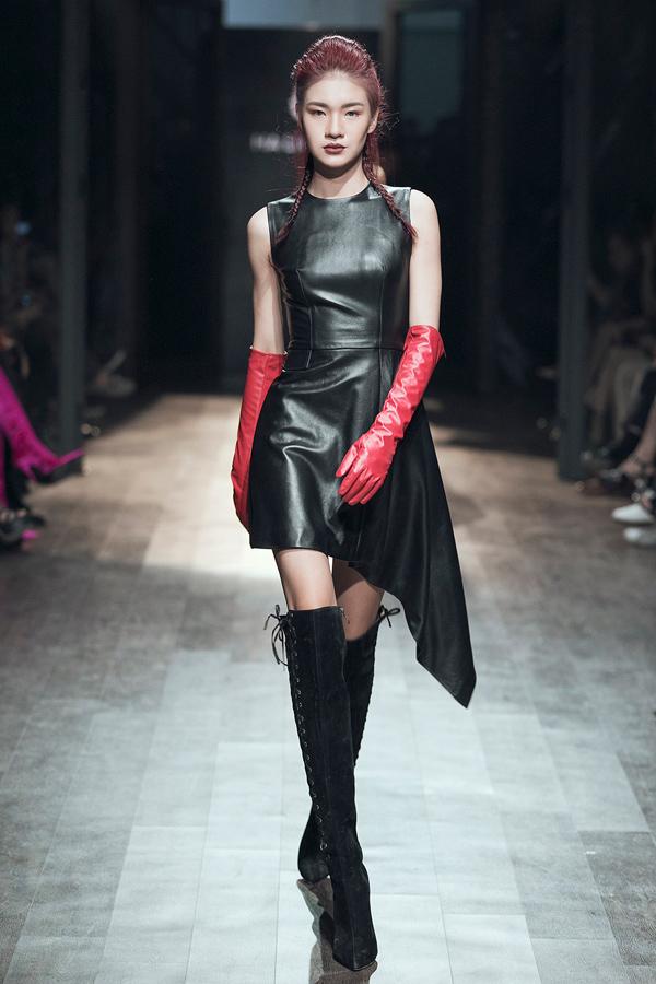 Trên nền đen chủ đạo, xen kẽ đỏ và xanh lá non, 40 bộ trang phục được xử lý theo phong cách vừa quyến rũ vừa cá tính, lấy cảm hứng từ nhạc Rock của những thập niên cũ.