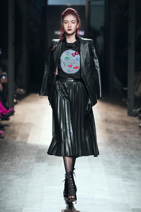 Bên cạnh đó, các kiểu váy quấn, bất đối xứng, áo măng-tô, chần bông hay áo khoác da quen thuộc của mùa lạnh cũng được Hà Linh Thư tích cực lăng-xê.